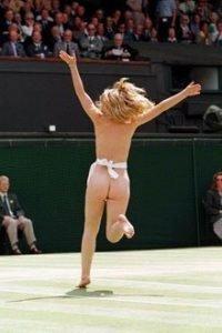 Mens tyske VM-arrangører har holdt banene fri for nakne kropper, snek denne streakeren seg inn på Wimbledon-gresset mens russerne Maria Sharapova Elena Dementieva spilte i årets turnering.