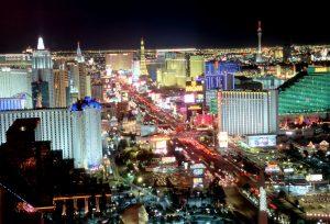 Det hevdes at Las Vegas er den eneste byen på jorda som kan ses fra månen. Fordi de færreste reiser fra Vegas med fetere konto, har kasino-eierne døpt om gambling til gaming, med vekt på opplevelsen av å spille i et stort kasino.