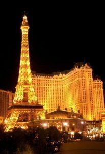 """- Paris-Las Vegas. Eiffeltårnet er bygget i halv skala, mens Triumfbuen, Champs-lyses, Parc Monceau og Paris""""operahus kommer i størrelsesorden 1 til 3."""