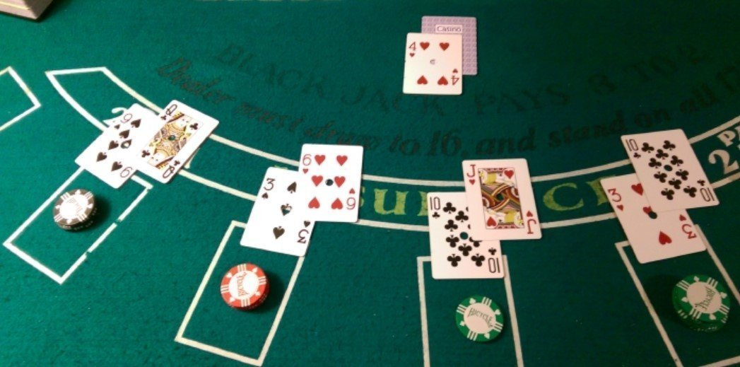 spill blackjack på online casinoer